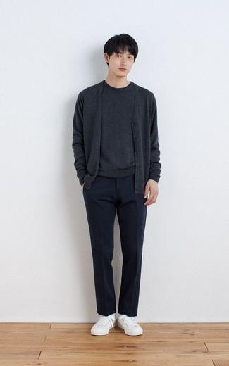 Trend da uomo 2020: Prova ad abbinare un cardigan grigio scuro con pantaloni eleganti blu scuro per un look elegante e di classe. Per distinguerti dagli altri, calza un paio di sneakers basse di tela bianche.