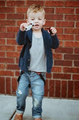 Come indossare e abbinare: cardigan grigio scuro, t-shirt grigia, jeans blu, sandali marroni