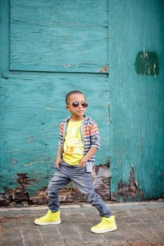 Come indossare: cardigan grigio, t-shirt stampata gialla, jeans grigi, sneakers gialle
