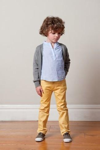 Come indossare e abbinare: cardigan grigio, t-shirt manica lunga azzurra, jeans gialli, sneakers marrone scuro