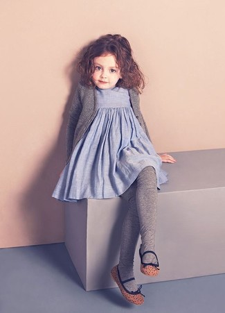 Come indossare: cardigan grigio, vestito di lino azzurro, ballerine marroni, collant grigio