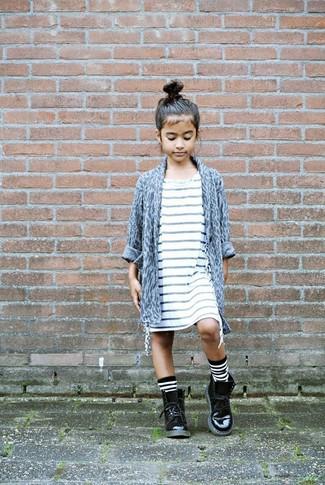 Come indossare: cardigan leopardato grigio, vestito a righe orizzontali bianco, stivali in pelle neri, calzini a righe orizzontali bianchi e neri