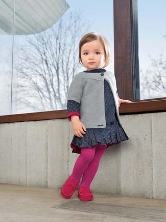 Come indossare: cardigan grigio, vestito a pois blu scuro, mocassini eleganti fucsia, collant fucsia