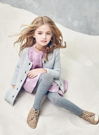 Come indossare e abbinare: cardigan grigio, vestito rosa, chukka marrone chiaro, collant grigio