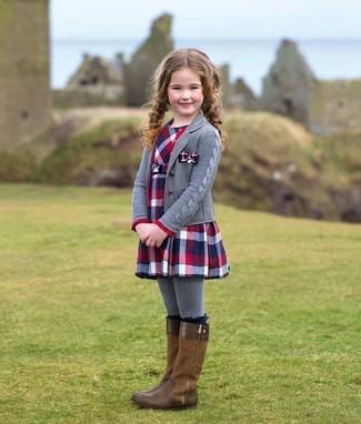 Come indossare: cardigan grigio, vestito scozzese rosso e blu scuro, stivali marroni, collant grigio
