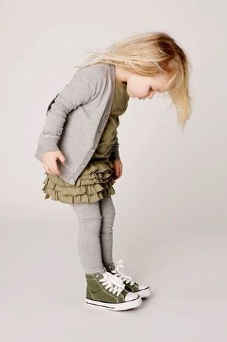 Come indossare e abbinare: cardigan grigio, vestito verde oliva, leggings grigi, sneakers verde oliva