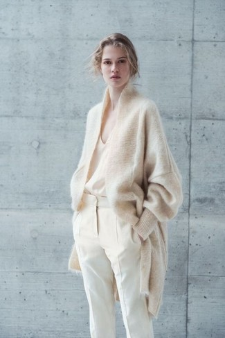 Moda ragazza adolescente: Prova ad abbinare un cardigan in mohair beige con pantaloni stretti in fondo beige per un look davvero alla moda.
