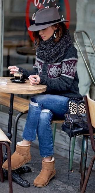 Come indossare: cardigan stampato grigio scuro, jeans strappati blu, stivali ugg marrone chiaro, borsa shopping in pelle nera