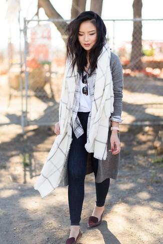Come indossare: cardigan lungo grigio, camicia elegante scozzese grigia, t-shirt girocollo bianca, jeans aderenti blu scuro