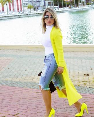 Come indossare e abbinare: cardigan lungo lime, dolcevita bianco, bermuda di jeans strappata azzurra, décolleté in pelle lime