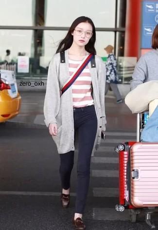 Come indossare: cardigan lungo grigio, t-shirt girocollo a righe orizzontali rosa, jeans aderenti neri, mocassini eleganti in pelle marrone scuro