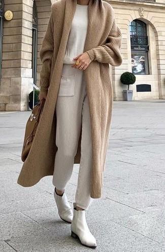 Come indossare: cardigan lungo marrone chiaro, maglione girocollo beige, pantaloni sportivi beige, stivali chelsea in pelle bianchi