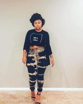 Come indossare: cardigan lungo nero, t-shirt girocollo stampata nera e bianca, jeans aderenti effetto tie-dye neri, sandali con tacco in pelle neri