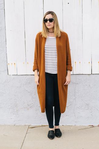 Come indossare e abbinare: cardigan lungo terracotta, t-shirt girocollo a righe orizzontali bianca e nera, jeans aderenti neri, sabot in pelle neri