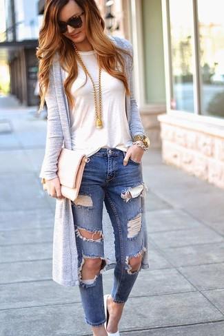 Come indossare e abbinare: cardigan lungo grigio, t-shirt girocollo bianca, jeans aderenti strappati blu, décolleté in pelle bianchi