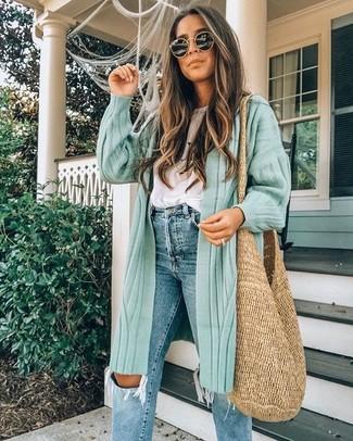 Come indossare e abbinare: cardigan lungo verde menta, t-shirt girocollo bianca, jeans strappati blu, borsa shopping di paglia marrone chiaro