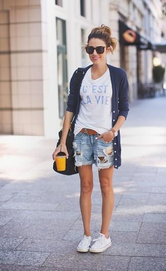 Come indossare: cardigan lungo blu scuro, t-shirt girocollo stampata bianca e blu, pantaloncini di jeans strappati azzurri, sneakers basse di tela bianche