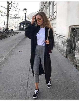 Come indossare: cardigan lungo nero, t-shirt girocollo stampata bianca e nera, pantaloni skinny di lana a quadri grigi, sneakers basse di tela nere e bianche