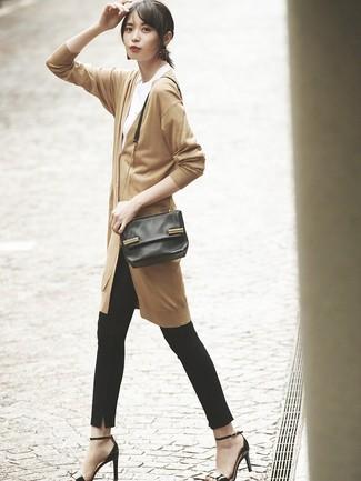 Come indossare: cardigan lungo marrone chiaro, t-shirt girocollo bianca, pantaloni skinny neri, sandali con tacco in pelle neri