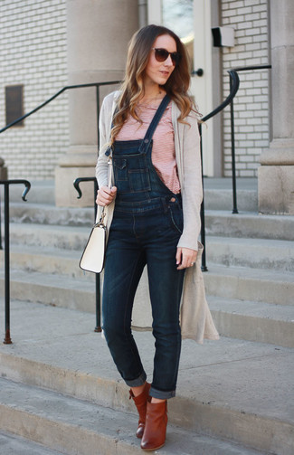 Come indossare: cardigan lungo beige, t-shirt girocollo a righe orizzontali bianca e rossa, salopette di jeans blu scuro, stivaletti in pelle terracotta