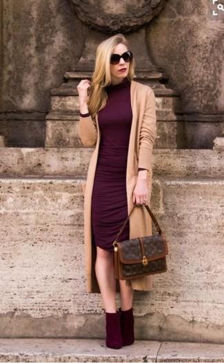 Come indossare e abbinare: cardigan lungo marrone chiaro, vestito aderente bordeaux, stivaletti in pelle scamosciata bordeaux, cartella in pelle stampata marrone scuro