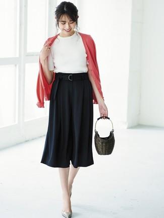 Come indossare e abbinare una borsa a secchiello di paglia marrone scuro: Prova ad abbinare un cardigan rosso con una borsa a secchiello di paglia marrone scuro per una sensazione di semplicità e spensieratezza. Décolleté in pelle grigi sono una buona scelta per completare il look.