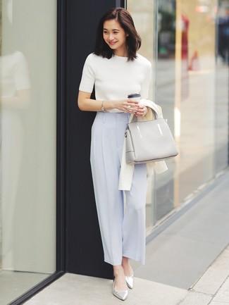 Come indossare: cardigan bianco, maglione a maniche corte bianco, pantaloni larghi azzurri, ballerine in pelle argento