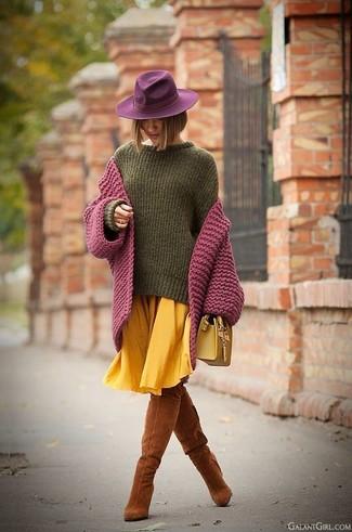 Come indossare e abbinare: cardigan lavorato a maglia viola melanzana, maglione oversize verde oliva, gonna longuette a pieghe gialla, stivali sopra il ginocchio in pelle scamosciata terracotta