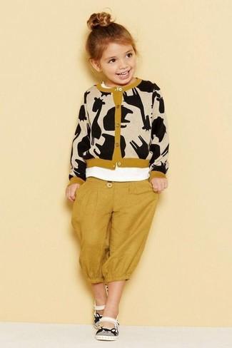 Come indossare: cardigan stampato marrone chiaro, t-shirt bianca, pantaloni sportivi senapi, sandali bianchi