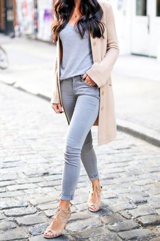 Come indossare e abbinare: cardigan marrone chiaro, t-shirt con scollo a v grigia, jeans aderenti grigi, sandali con tacco in pelle scamosciata beige