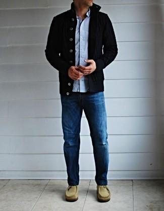 Come indossare e abbinare un cardigan nero: Indossa un cardigan nero con jeans blu per vestirti casual. Chukka in pelle scamosciata beige sono una eccellente scelta per completare il look.