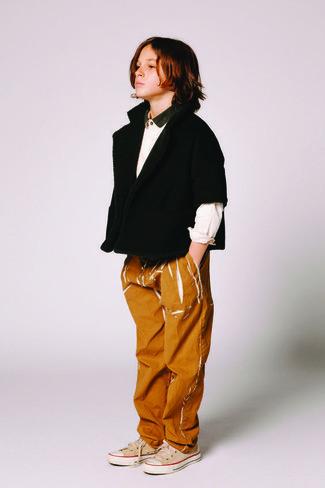 Come indossare e abbinare: cardigan nero, camicia a maniche lunghe bianca, jeans terracotta, sneakers beige