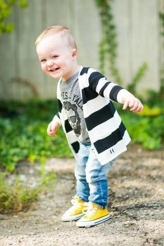 Come indossare: cardigan a righe orizzontali nero e bianco, t-shirt stampata grigia, jeans azzurri, sneakers gialle
