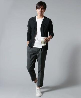 Trend da uomo 2020: Vestiti con un cardigan nero e pantaloni eleganti grigio scuro come un vero gentiluomo. Se non vuoi essere troppo formale, scegli un paio di sneakers basse di tela bianche.