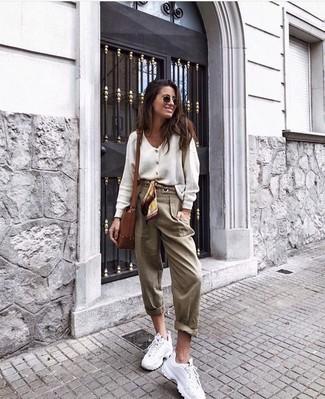 Come indossare e abbinare: cardigan bianco, pantaloni stretti in fondo marrone chiaro, scarpe sportive bianche, borsa a tracolla in pelle marrone