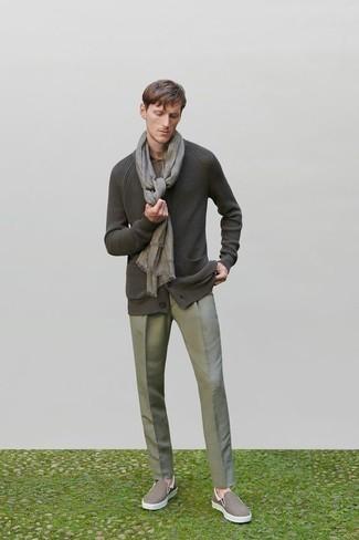 Come indossare e abbinare un cardigan grigio scuro: Indossa un cardigan grigio scuro con pantaloni eleganti grigi per un look elegante e alla moda. Non vuoi calcare troppo la mano con le scarpe? Scegli un paio di sneakers senza lacci di tela marroni come calzature per la giornata.