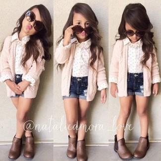 Come indossare: cardigan rosa, camicia a maniche lunghe bianca, pantaloncini di jeans blu scuro, stivali marroni