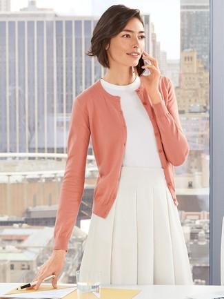 Come indossare e abbinare: cardigan rosa, maglione a maniche corte bianco, gonna a ruota bianca