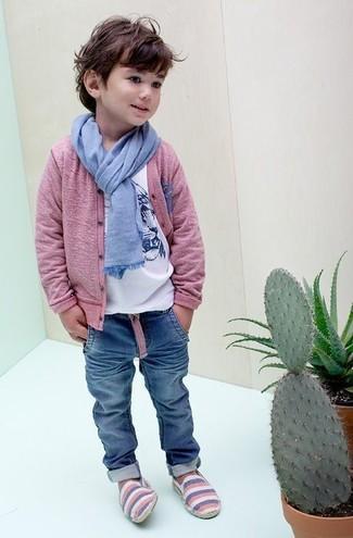 Come indossare: cardigan rosa, t-shirt stampata bianca, jeans blu, sciarpa azzurra