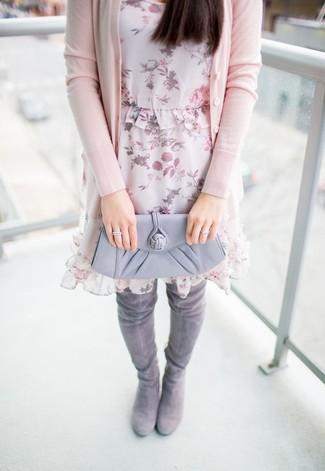 Come indossare e abbinare: cardigan rosa, vestito a trapezio di chiffon a fiori rosa, stivali sopra il ginocchio in pelle scamosciata grigi, pochette in pelle grigia