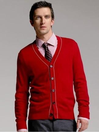 Come indossare e abbinare: cardigan rosso, camicia elegante a righe verticali rossa, pantaloni eleganti a righe verticali grigio scuro, cravatta a righe verticali nera