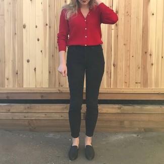 Come indossare e abbinare mocassini eleganti in pelle neri: Combina un cardigan rosso con jeans aderenti neri per un outfit comodo ma studiato con cura. Mocassini eleganti in pelle neri sono una splendida scelta per completare il look.