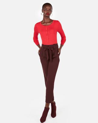 Come indossare e abbinare: cardigan rosso, pantaloni stretti in fondo bordeaux, stivaletti in pelle scamosciata bordeaux, orecchini dorati