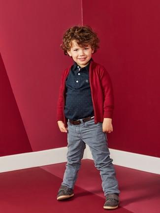 Come indossare e abbinare: cardigan rosso, polo nero, jeans grigi, sneakers marrone scuro