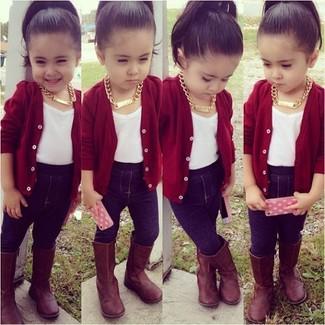 Come indossare: cardigan rosso, t-shirt bianca, leggings blu scuro, stivali marroni