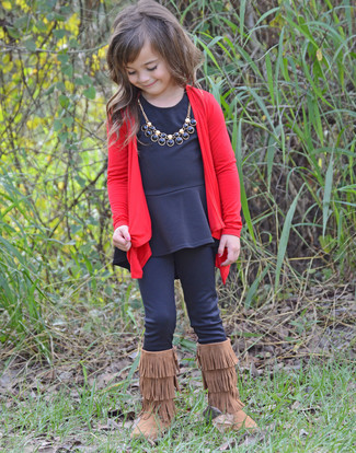 Come indossare e abbinare: cardigan rosso, t-shirt manica lunga nera, leggings neri, stivali ugg marroni