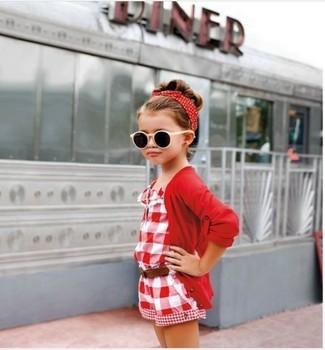 Come indossare: cardigan rosso, tuta corta rossa