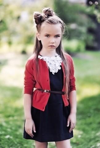 Come indossare: cardigan rosso, vestito nero