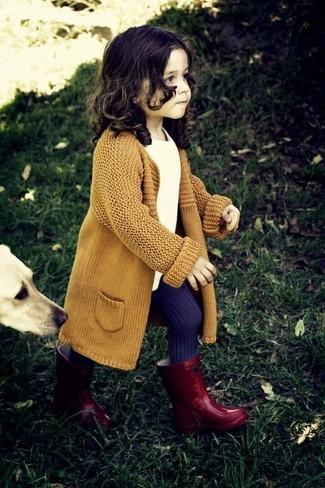 Come indossare: cardigan senape, t-shirt bianca, stivali di gomma rossi, collant viola