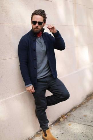 Come indossare e abbinare: cardigan blu scuro, serafino manica lunga grigio, jeans neri, stivali chelsea in pelle scamosciata marrone chiaro